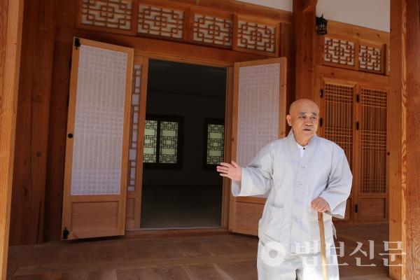 범어사 주지 경선 스님이 선문화교육관 2층에 자리할 시민선원을 안내하고 있다.