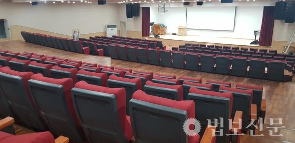 400석 규모의 선문화관 1층 대강당.