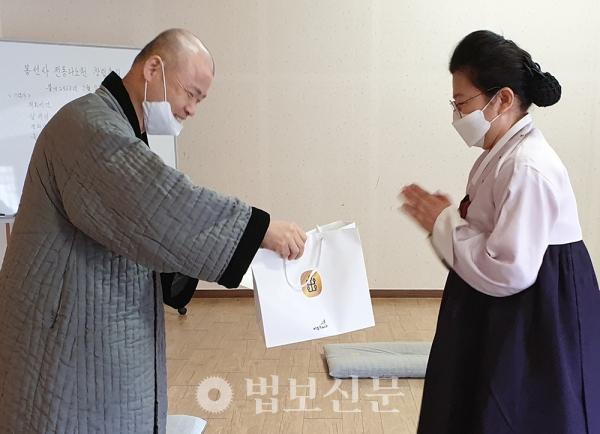 지도법사 오봉스님이 참가자들에게 선물을 증정했다.